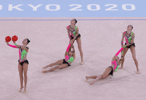 新体操団体決勝、ボールの演技で「くるりんぱ」を披露する日本チーム(撮影・河野匠)