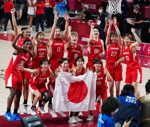 試合後、記念撮影する日本の選手たち(撮影・江口和貴)