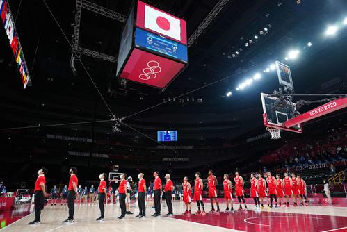 日本対スロベニア 試合前、君が代斉唱する日本代表の選手たち(撮影・江口和貴)