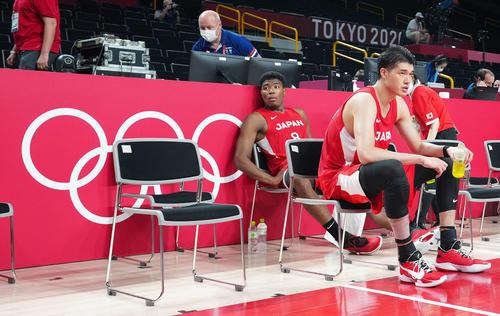 日本対スロベニア 敗戦後、イスに座る渡辺雄(右)と八村(撮影・江口和貴)