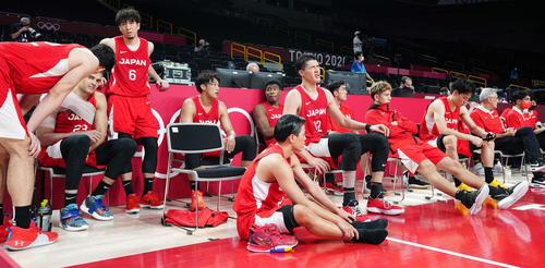 日本対スロベニア スロベニアに敗れ、厳しい表情を見せる渡辺雄(中央)ら日本代表の選手たち(撮影・江口和貴)