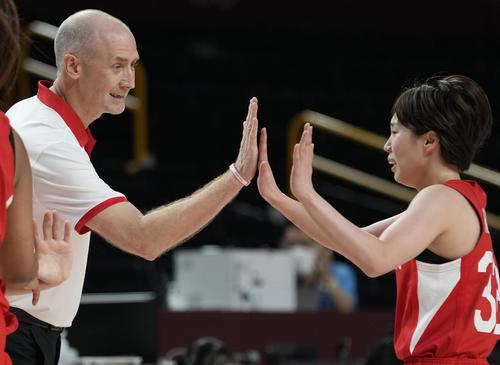 日本代表のホーバス監督(左)とハイタッチする宮崎(AP)