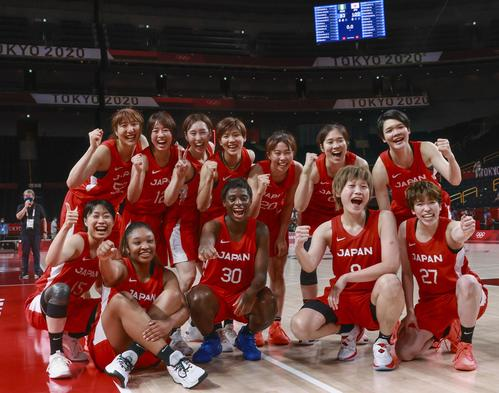 ナイジェリアに勝利し、準々決勝進出を決め喜ぶ日本の選手たち(共同)