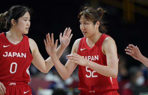 長岡萌映子(左)と宮沢夕貴(AP)