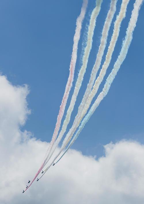 東京上空をカラースモークを出しながら飛行するブルーインパルス(渋谷スカイから・撮影・足立雅史)