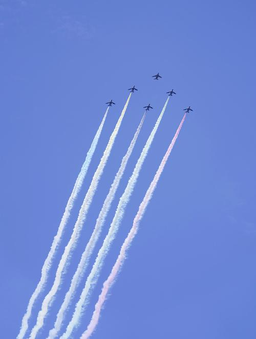 都心上空を飛行する航空自衛隊の「ブルーインパルス」=23日午後0時53分(共同)