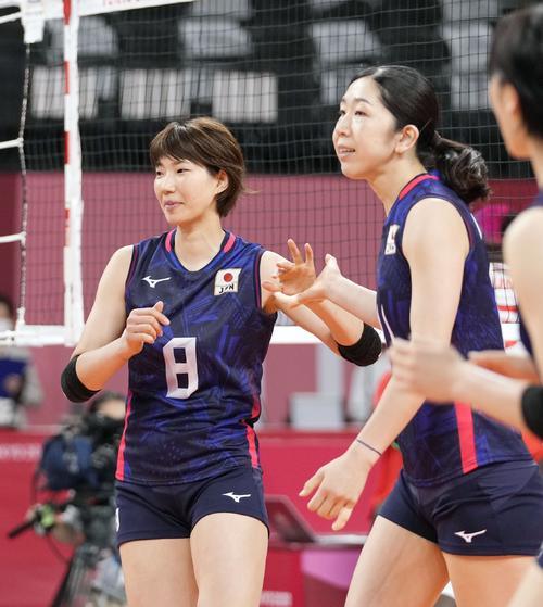 タッチを交わす石井優希(左)と荒木絵里香(共同)