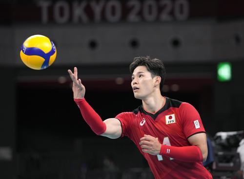 日本―イタリア 第3セット、サーブを放つ西田(共同)