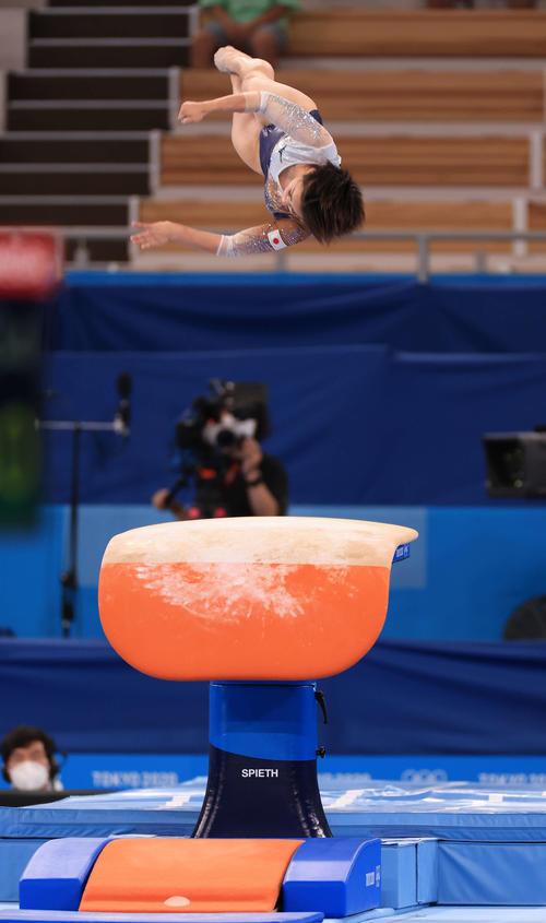 体操女子個人総合決勝、跳馬で力強い演技を披露する村上(撮影・河野匠)