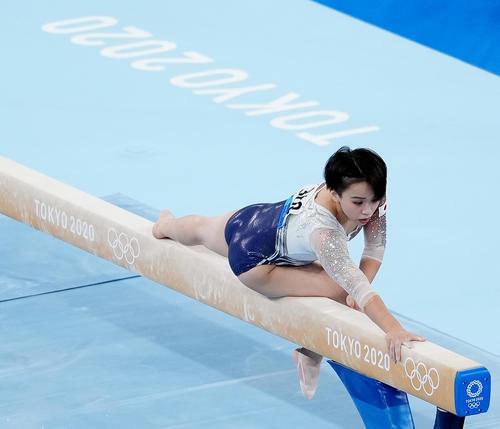体操女子個人総合決勝の平均台で演技をする村上