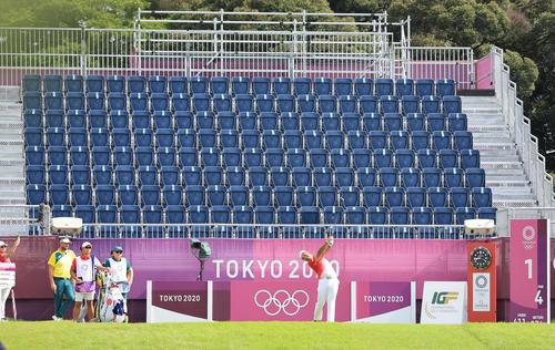 男子ゴルフ第1日、1番、観客のいないスタンドを背にティーショットを放つ松山(撮影・河野匠)