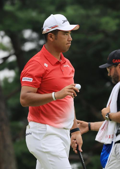 男子ゴルフ第1日、1番、パーパットを沈め関係者の拍手に応える松山(撮影・河野匠)