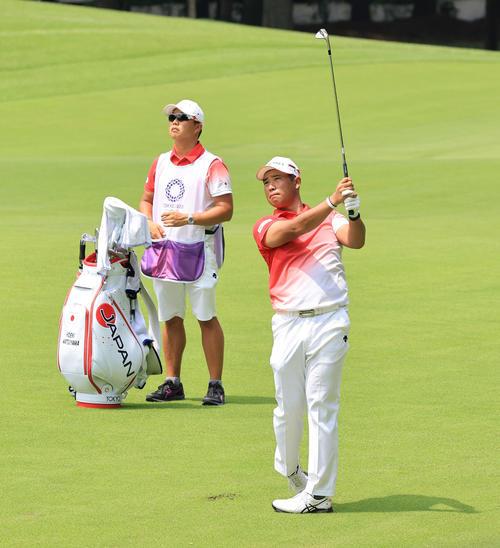 男子ゴルフ第1日、17番、セカンドショットを放つ松山(撮影・河野匠)