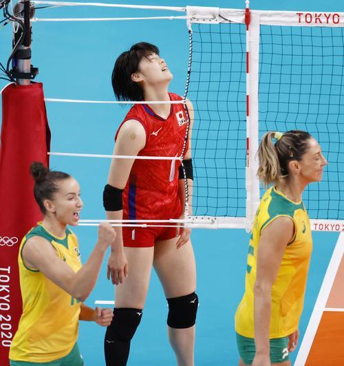 日本―ブラジル 第1セット、スパイクが決まらず厳しい表情の黒後(中央)(共同)