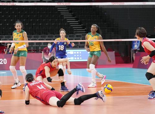 日本―ブラジル 第3セット、失点した日本。手前左から2人目は荒木(共同)