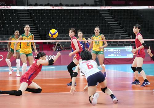 日本―ブラジル 第3セット、ボールをつなぐ日本(共同)