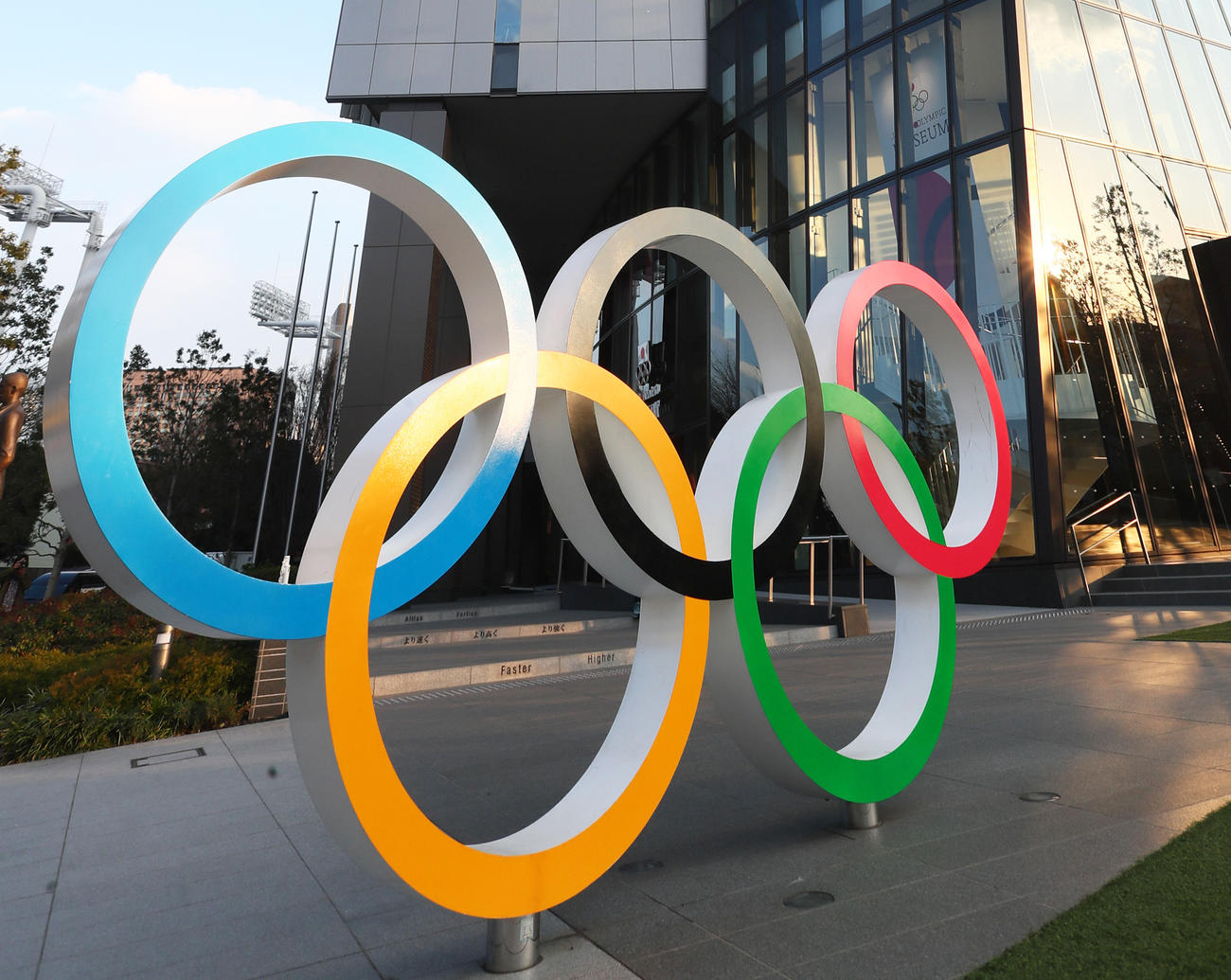ジャパン・スポーツ・オリンピック・スクエア前の五輪シンボルマーク