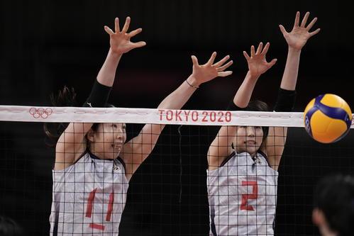 ブロックする日本選手(AP)