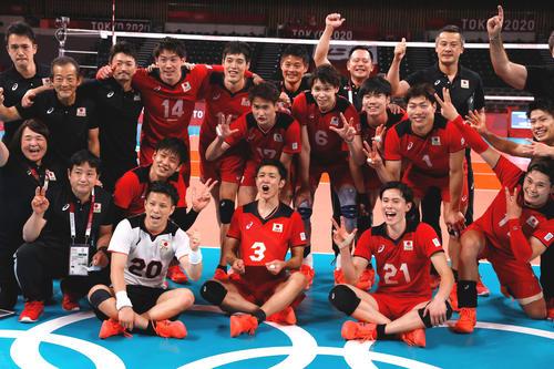29年ぶり準々決勝進出を決め笑顔で写真に納まる日本代表(ロイター)