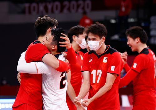 29年ぶりの準々決勝進出を決め喜ぶ日本代表(ロイター)