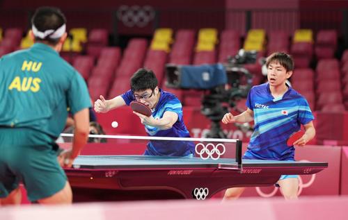 卓球男子団体1回戦 第1試合、ボールを打ち返す水谷(左)。右は丹羽(撮影・鈴木みどり)