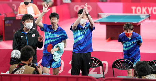 卓球男子団体1回戦 オーストラリアに勝利し声援に応える、左から張本、水谷、倉嶋監督、丹羽(撮影・鈴木みどり)