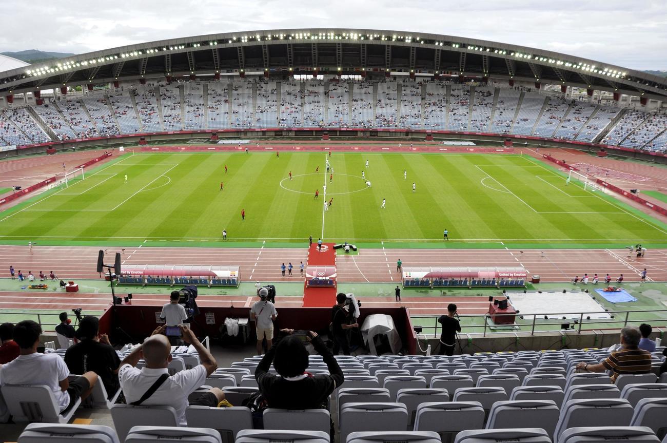 観客を入れて行われたサッカー男子準々決勝スペイン-コートジボワール戦(7月31日、共同)