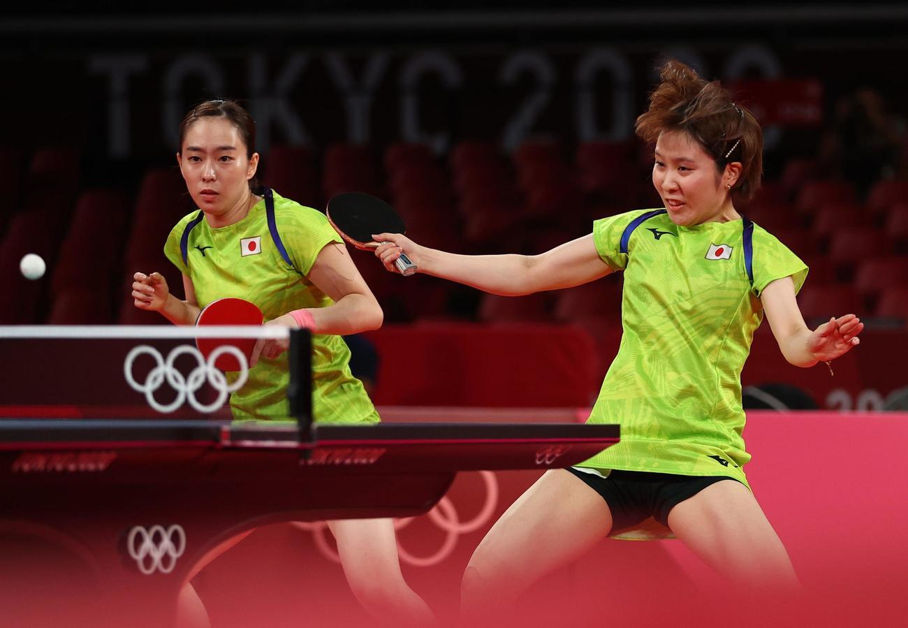 卓球女子団体準決勝 日本-香港 プレーする石川佳純(左)と平野美宇(ロイター)