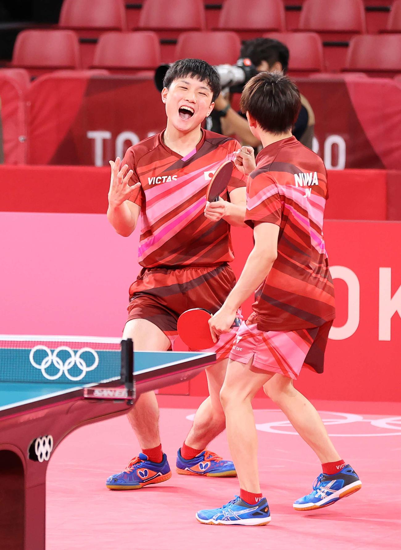 卓球男子団体準々決勝、第1試合を勝利し喜ぶ張本(左)と丹羽(撮影・河野匠)