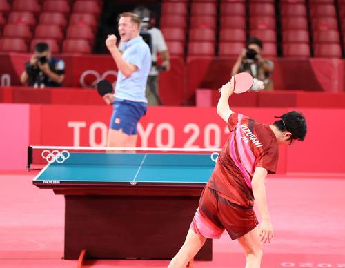 卓球男子団体準々決勝 日本対スウェーデン 第2試合、ファルク(後方)に敗れる水谷(撮影・河野匠)