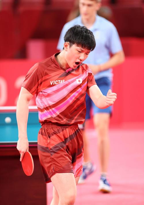 卓球男子団体準々決勝 日本対スウェーデン 第3試合、ポイントを奪いガッツポーズを見せる張本(撮影・河野匠)