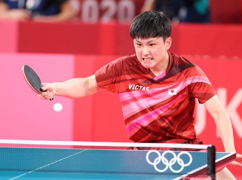 卓球男子団体準々決勝 日本対スウェーデン 第3試合、懸命に打ち返す張本(撮影・河野匠)