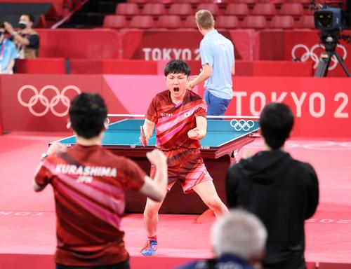 卓球男子団体準々決勝 日本対スウェーデン 第3試合、セットを奪い喜ぶ張本(撮影・河野匠)