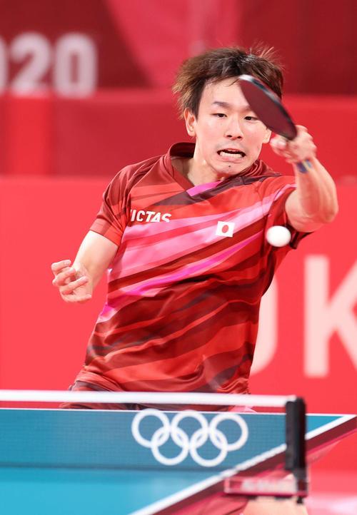 卓球男子団体準々決勝 日本対スウェーデン 第4試合、懸命に返球する丹羽(撮影・河野匠)