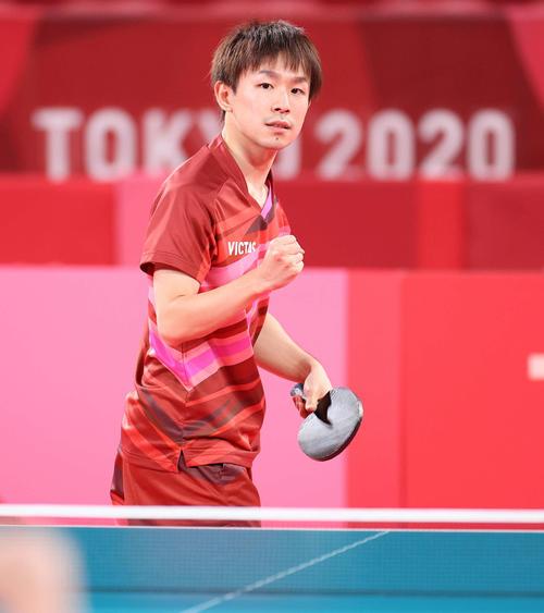 卓球男子団体準々決勝 日本対スウェーデン 第4試合、ポイントを奪い拳を握りしめる丹羽(撮影・河野匠)