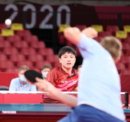 卓球男子団体準々決勝、第1試合でポイントを奪う張本(撮影・河野匠)