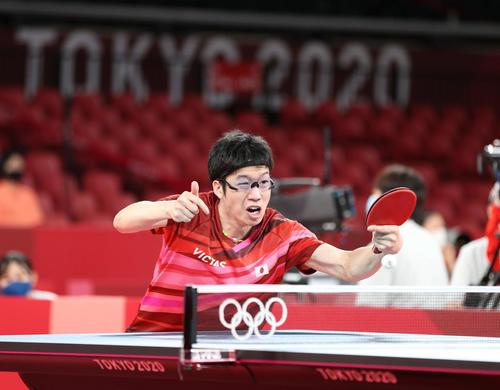 卓球男子団体準々決勝 日本対スウェーデン 第2試合、懸命に返球する水谷(撮影・河野匠)