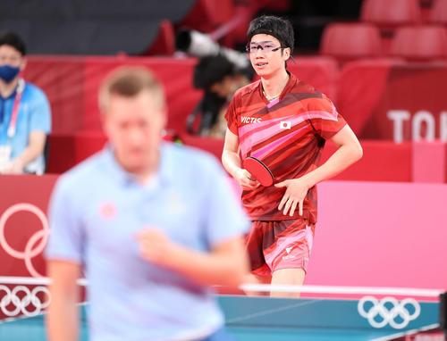 卓球男子団体準々決勝 日本対スウェーデン 第2試合、ポイントを奪われ険しい表情の水谷(撮影・河野匠)