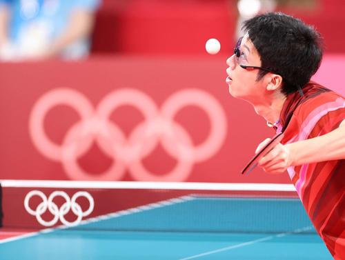 卓球男子団体準々決勝 日本対スウェーデン 第2試合、サーブを放つ水谷(撮影・河野匠)