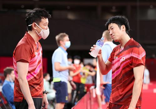 卓球男子団体準々決勝 日本対スウェーデン 第2試合、倉嶋監督(左)と言葉を交わしながら首をかしげる水谷(撮影・河野匠)