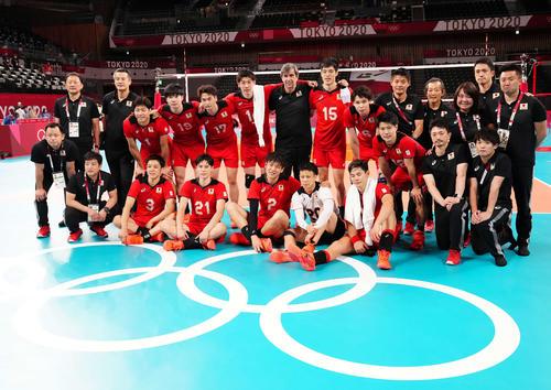 男子準々決勝でブラジルに敗れ、コートで記念撮影する日本の選手たち(撮影・江口和貴)