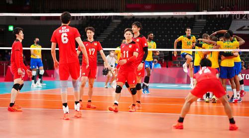 男子準々決勝でブラジルに敗れ、厳しい表情の石川(左端)ら日本の選手たち(撮影・江口和貴)