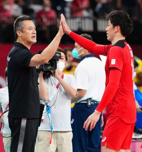 試合後に石川(右)とタッチをかわす中垣内監督(撮影・江口和貴)