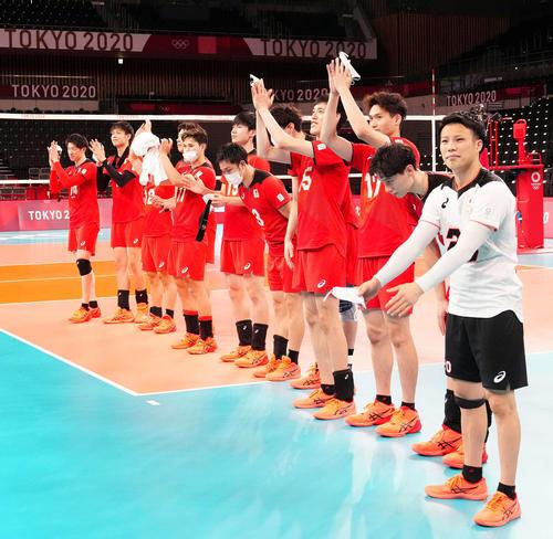 男子準々決勝でブラジルに敗れ、会場であいさつする日本の選手たち(撮影・江口和貴)