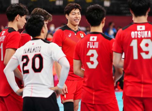 試合後に日本の選手たちに話しかける清水(中央)(撮影・江口和貴)