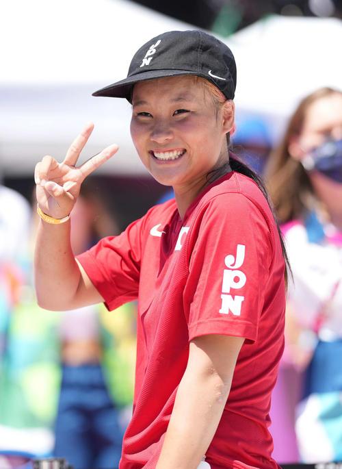 スケートボード女子パーク決勝 金メダルの四十住は笑顔でピース(撮影・鈴木みどり)