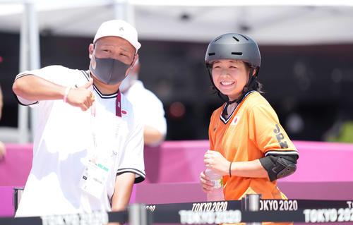 スケートボード 女子パーク予選 3本目の滑りを終え笑顔の岡本(右)(撮影・鈴木みどり)