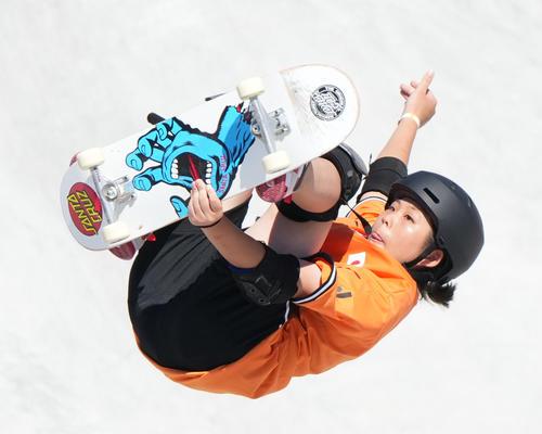 スケートボード・女子パーク決勝で3本目の演技をする岡本