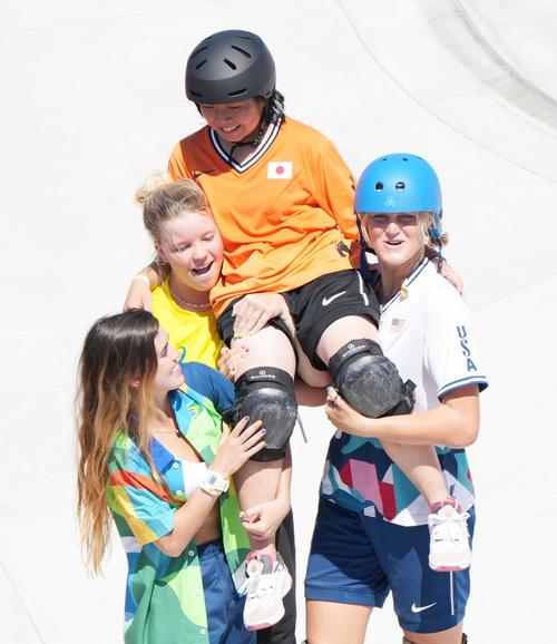 女子パーク決勝の演技を終え、抱えられる岡本(右から2人目)