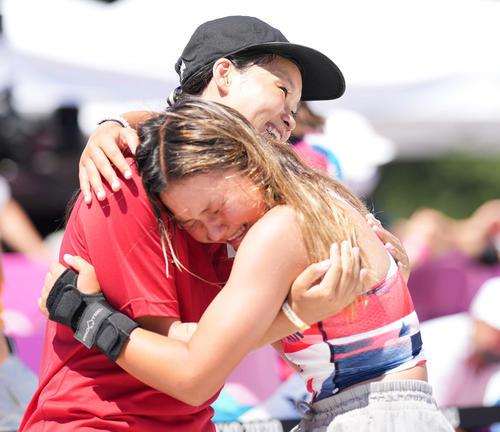 スケートボード女子パーク決勝 金メダルの四十住(左)は銅メダルのブラウンと笑顔でハグする(撮影・鈴木みどり)